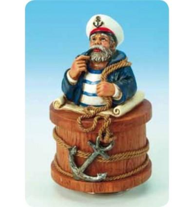 Marinheiro com boné branco