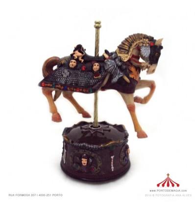 Cavalo engalanado para cavaleiro em Polystone