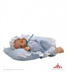 Bèbè- menino espreguiça-se numa almofada
