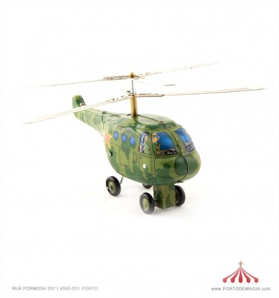 Helicóptero verde em chapa