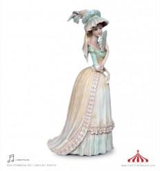 Senhora com leque em porcelana