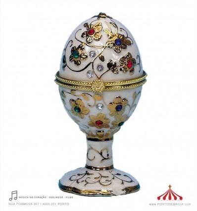 Ovo Fabergé branco em porcelana