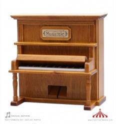Piano vertical em madeira