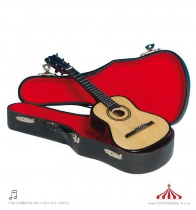 Guitarra pequena de madeira com caixa