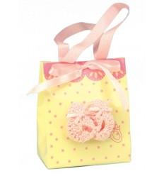 Bolsa prenda com sapatinhos rendados para oferta de nascimento