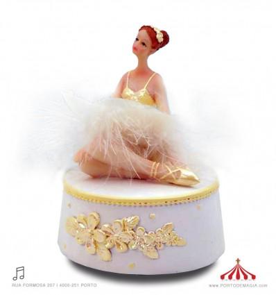 Bailarina em vestido branco folheado