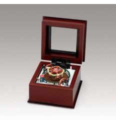 Pequena caixa de madeira com uma cena de carrossel